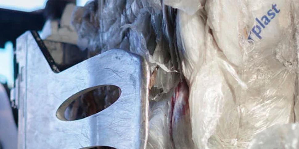 Hvordan skal du håndtere klar plastfolie og farget plastfolie?